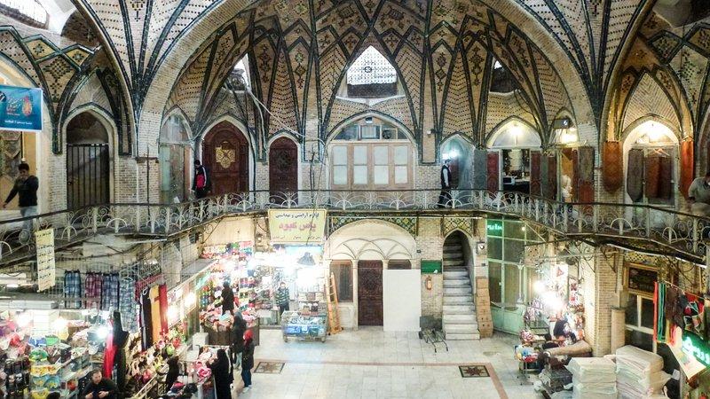 DOK Sonntag: Basare der Welt - Teheran Historische Timcheh Kuppelbauten im Basar Copyright: SRF/Global Screen – Bild: SRF/Global Screen