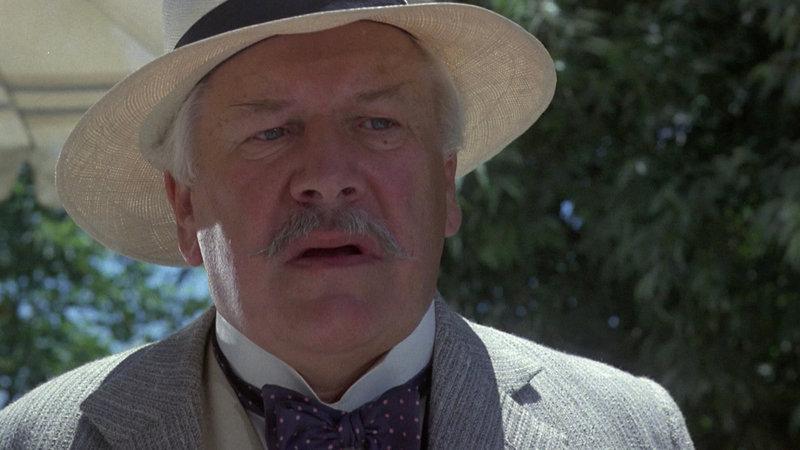Der belgische Meisterdetektiv Hercule Poirot (Peter Ustinov) beginnt mit den Ermittlungen und nach und nach geraten alle Familienmitglieder unter Verdacht. – Bild: Paramount
