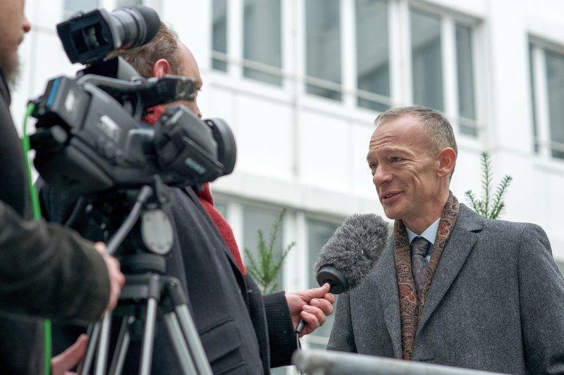 Christoph Süß (Dezernatsleiter Helmut Zangel). – Bild: ORF 2