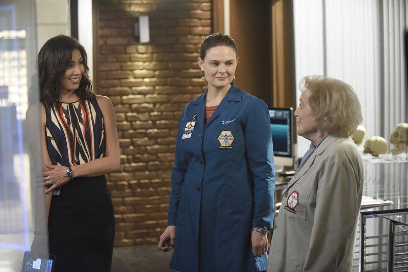 Hoher Besuch im Jeffersonian: Angela (Michaela Conlin, l.) und Brennan (Emily Deschanel, M.) bekommen Unterstützung von der berühmten forensischen Anthropologin Dr. Beth Mayer (Betty White). – Bild: RTL