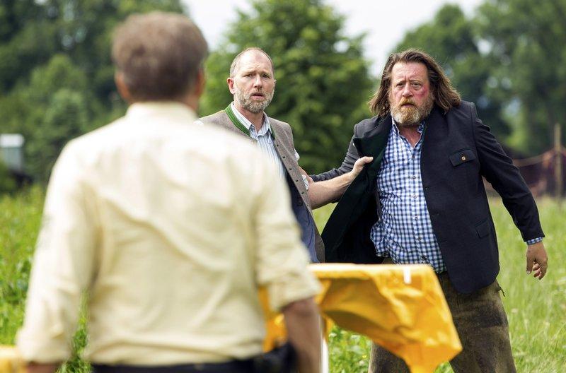 Ferdinand Mayer (Andreas Schwaiger, Mitte) und Josef Schmidl (Johannes Glocke, rechts) kriegen sich über Bio-Würstl in die Wolle. – Bild: ARD/BR/TMG/Chris Hirschhäuser