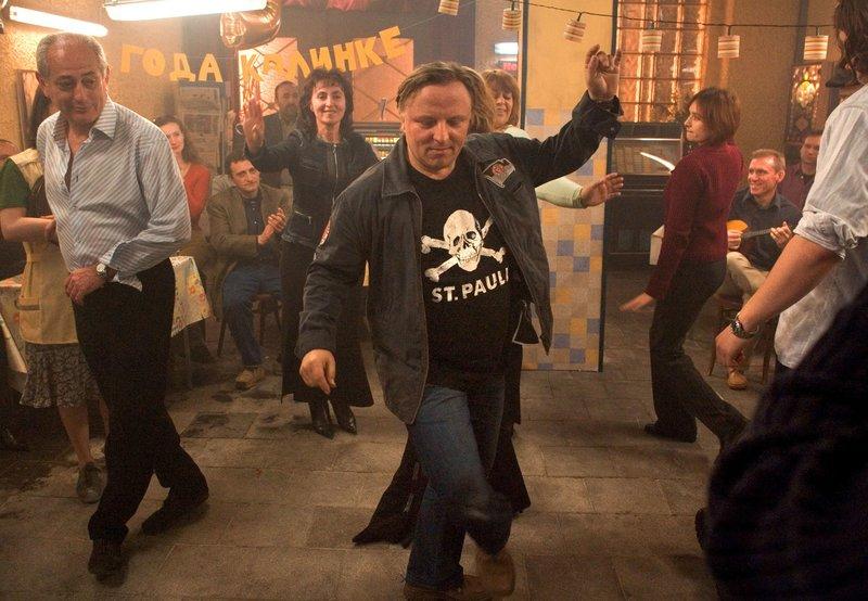 Kommissar Frank Thiel (Axel Prahl) mal ganz anders. Im russischen Restaurant ?Kalinka? tanzt er wie ein echter Kosake. – Bild: WDR/Michael Böhme