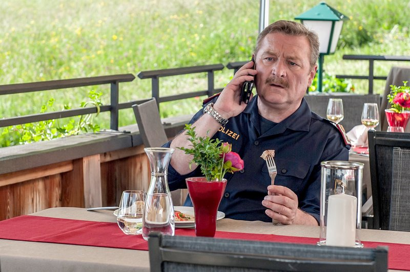 Böse Nachricht beim Mittagessen für Kroisleitner (Ferry Öllinger): Der Chef kehrt von einem gefährlichen Einsatz nicht zurück. – Bild: ZDF und Stefanie Leo