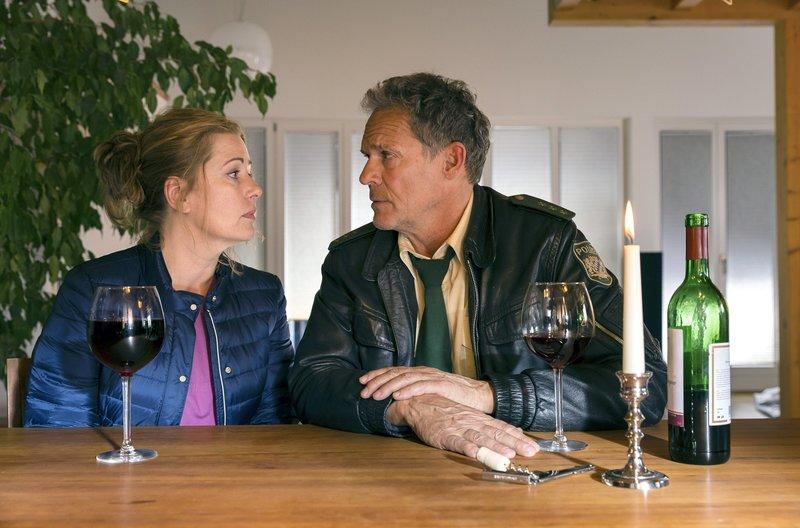 Während eines Rollenspiels, bei dem Hubert (Christian Tamitz, rechts) die Rolle des verschiedenen Ferdl Rauchschwarz übernimmt, versucht er, Anjas (Karin Thaler) verschüttete Erinnerungen wieder zum Vorschein zu holen. – Bild: ARD/BR/TMG/Arvid Uhlig