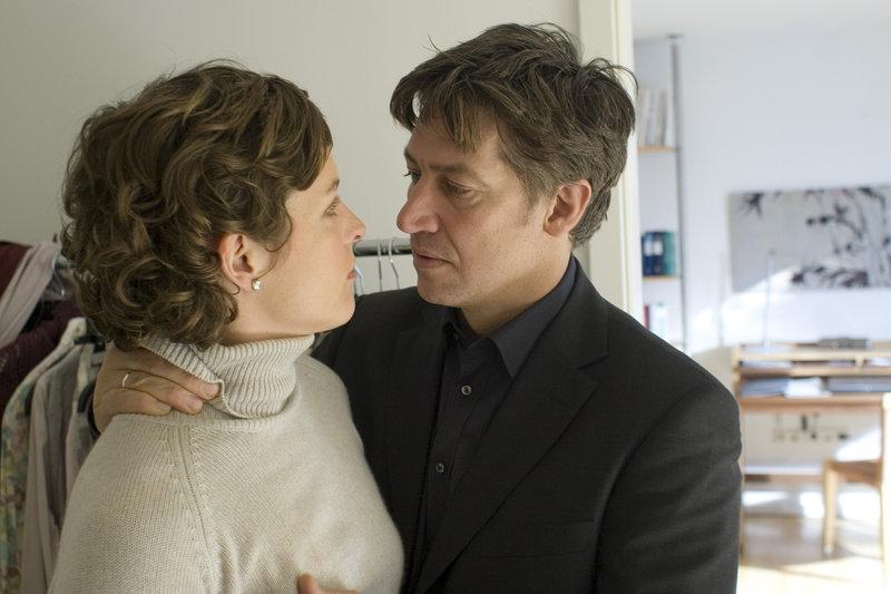 Wolf (Tobias Moretti) ist weiter eifersüchtig - verzweifelt versucht er sich Melanie (Katharina Lorenz) gefüfig zu machen. – Bild: ZDF und Thomas Kost