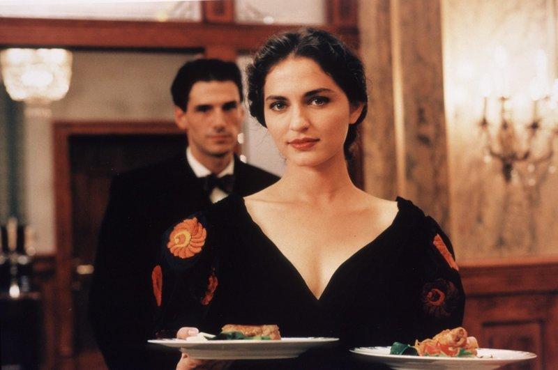 Ilona Várnai (Erika Marozsán, r.) – Bild: 1999 LETTERBOX Filmproduktion / Universal / Focus Film Lizenzbild frei