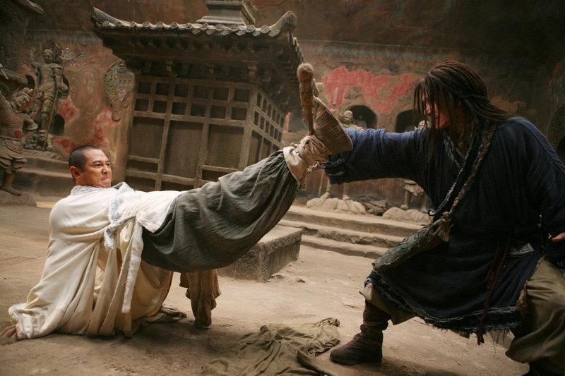 Der Mönch (Jet Li, l.) und Lu Yan (Jackie Chan, r.) wollen den jungen Jason aus der Zukunft mit Hilfe einer soliden Kung-Fu Ausbildung auf seine Bestimmung und die damit verbundenen Kämpfe vorbereiten ... – Bild: 2008 J&J Project LLC. ALL RIGHTS RESERVED. Lizenzbild frei