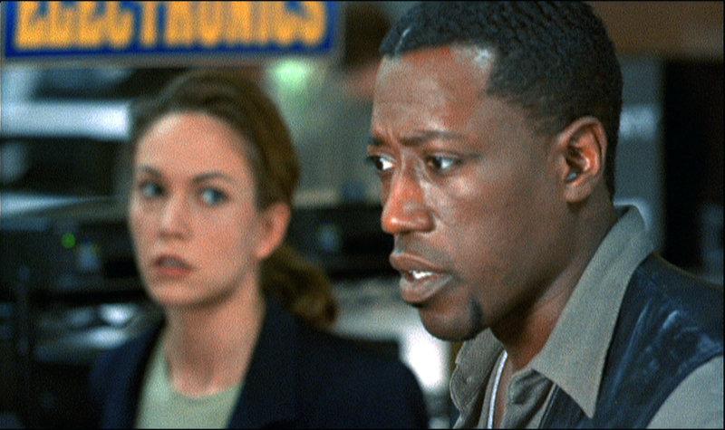 Det. Regis (Wesley Snipes) und Nina Chance (Diane Lane) stoßen auf ein Netz aus Intrigen, in das selbst hohe Regierungsbeamte verwickelt zu sein scheinen ... – Bild: RTL Zwei