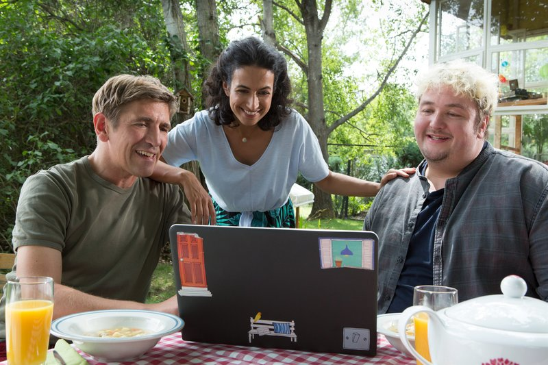 Fritz Fuchs (Guido Hammesfahr), Yasemin (Sanam Afrashteh) und David Paschulke (Daniel Zillmann) freuen sich über gute Nachrichten. – Bild: ZDF und Zia Ziarno.