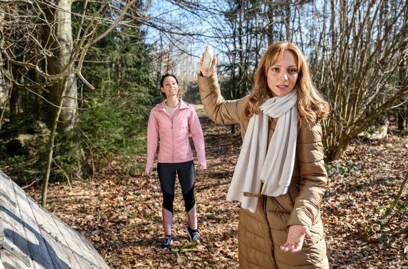 Ariane (Viola Wedekind, r.) wird von Vanessa (Jeannine Gaspár, l.) in einer heiklen Situation überrascht. – Bild: ARD/Christof Arnold