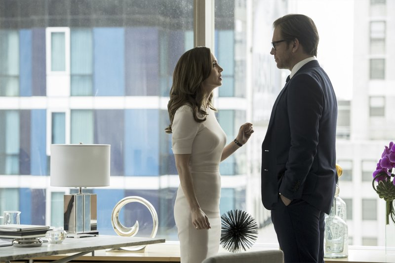 """Welcome Back, Dr. Bull""-- Bull makes a deal with top criminal attorney J.P. Nunnelly (guest star Eliza Dushku) to defend Benny when he goes to trial for misconduct in a case related to his former career with the District Attorney\'s office, on BULL, Tuesday, May 9 (9:00-10:00 PM, ET/PT) on the CBS Television Network. Pictured L-R: Eliza Dushku as J.P. Nunnelly and Michael Weatherly as Dr. Jason Bull Photo: David Giesbrecht/CBS Ã?©2017 CBS Broadcasting, Inc. All Rights Reserved – Bild: 13th Street"