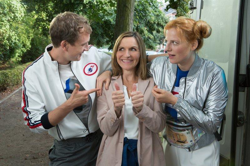 Max (Jan Krauter) und Cindy (Nora Koppen, r.) sind begeistert von ihrer neuen Geschäftspartnerin Suse (Eva Mannschott, M.) – Bild: ZDF und Zia Ziarno.