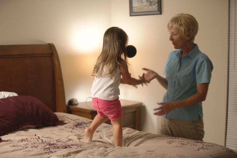 In this recreated scene, Cindy Anthony plays with Caylee in her room. – Bild: Discovery Communications