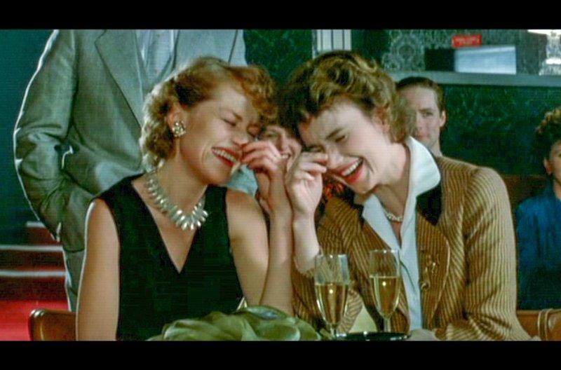 Die beiden unzertrennlichen Freundinnen Lena (Isabelle Huppert, re.) und Madeleine (Miou-Moiu, li.) amüsieren sich in Paris. – Bild: ARTE France / © Studiocanal