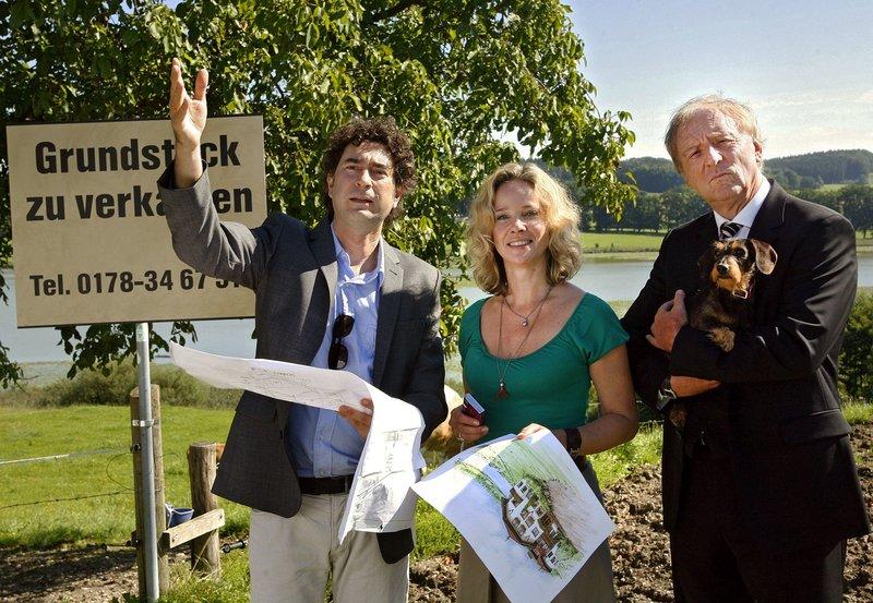 Architekt Müller (Christian Rogler, li.) erläutert Siegfried (Günther Maria Halmer) und Irene (Ann-Kathrin Kramer) seine Pläne für das zu bebauende Grundstück. – Bild: ARD Degeto/Erika Hauri