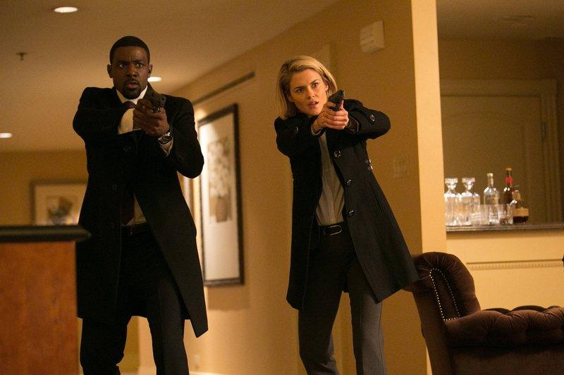 Gemeinsam versuchen sie weiter, die entführten Kinder zu finden: Secret Service-Agent Marcus Finley (Lance Gross, l.) und FBI-Agentin Susie Dunn (Rachael Taylor, r.) ... – Bild: 2013-2014 NBC Universal Media, LLC. All rights reserved. Lizenzbild frei