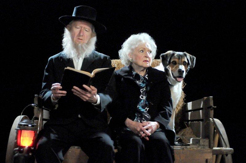 Joe Howard (Amish Mann), Betty White (Elka Ostrovsky). – Bild: One