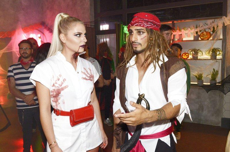 Sunny (Valentina Pahde) trifft bei der Halloween-Party auf Nihat (Timur Ülker). – Bild: TVNOW / Rolf Baumgartner
