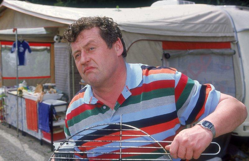 Benno (Willi Thomczyk) putzt nach seinem gescheiterten Auftritt lieber den Grill. – Bild: TVNOW / Frank Dicks