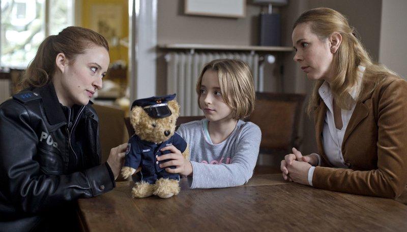 Nina Sieveking (Wanda Perdelwitz, l.) erklärt Charleen (Milena Kühnel, M.), dass der Schmuck ihrer Tante Susanne (Milena Dreißig, r.) verschwunden ist. – Bild: ARD