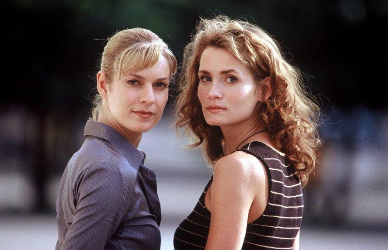 Susanna Beckert (Lisa Martinek, l.) und Gerit Raische (Anja Kling, r.) haben es mit einem grausamen Feuerteufel zu tun. – Bild: Sat.1 Eigenproduktionsbild frei