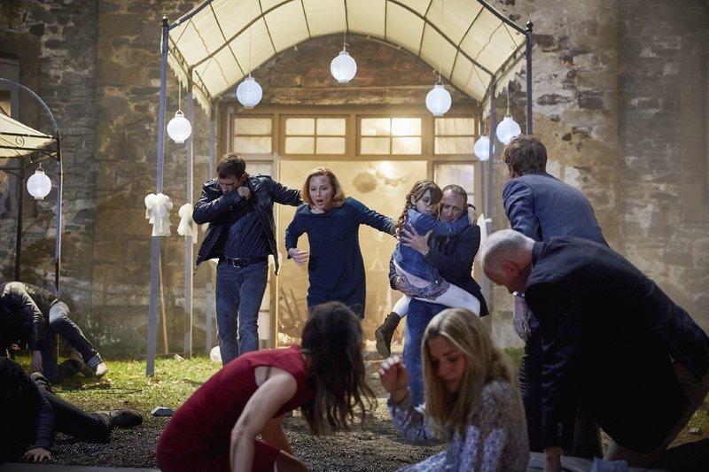 Alex (Vinzenz Kiefer, l.) und Semir (Erdogan Atalay) können Andrea (Carina Wiese, l.) und Ayla (Pauletta Pollmann) noch gerade so aus dem Restaurant retten. – Bild: RTL / Guido Engels