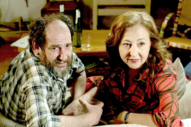 L-R: Koldo (Karra Elejalde), Merche (Carmen Machi) – Bild: Alamode