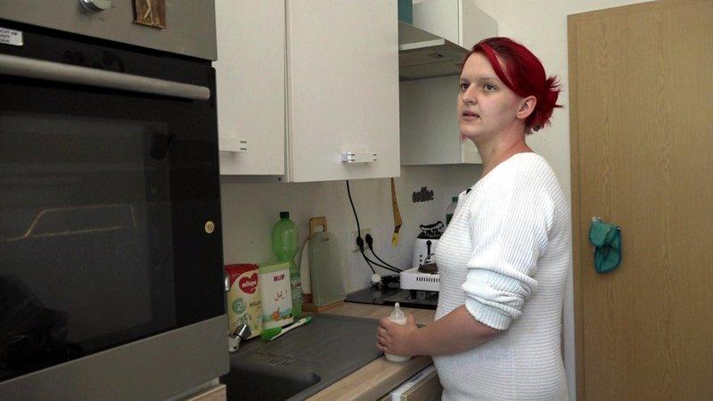 Janine plagen Geldsorgen. Die 20-Jährige hat erst von fünf Monaten ihren zweiten Sohn zur Welt gebracht. Seit Wochen wartet sie auf ihre Kindergeldnachzahlung und bekommt kaum das Geld für die dringend benötigte Babynahrung zusammen. – Bild: RTL 2
