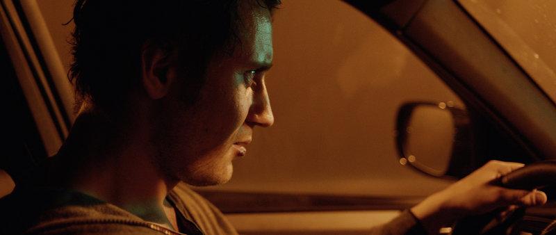 Gregor (Sebastian Zimmler) auf der Suche nach seinem Bruder Pietschi. – Bild: WDR/augenschein Filmproduktion GmbH