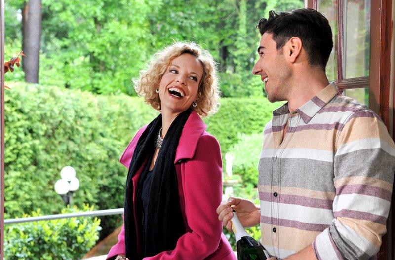 Goran (Sasa Kekez, r.) versucht mit Charme und Sekt, Natascha (Melanie Wiegmann, l.) zu erobern. Doch dann passiert ihm ein folgenschweres Missgeschick. – Bild: ARD/Ann Paur