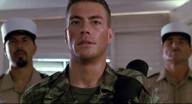 Léon (Jean Claude Van Damme) hat sich als Fremdenlegionär in Afrika verdingt. Als sein Bruder nach einem Brandanschlag im Sterben liegt, muss er desertieren und illegal in die USA einreisen. – Bild: ProSiebenSat.1 Media SE