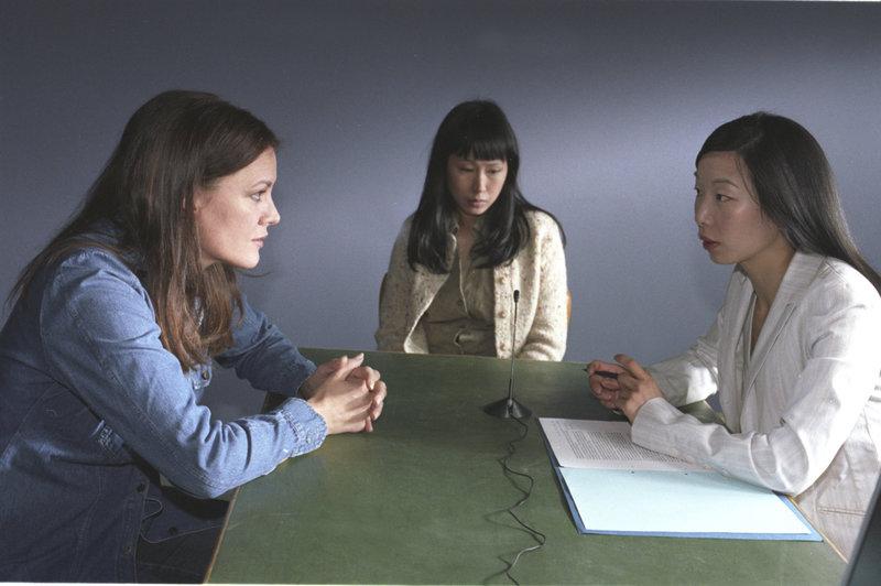 Vergeblich versucht Verena (Maja Maranow, l.), die Zwangsprostituierte Wan (Somjai Gresenz, M.) mit Hilfe der Dolmetscherin (Young-Shin Kim, r.) zu einer Aussage gegen ihre Peiniger zu bewegen. – Bild: ZDF und Kathrin Knoke