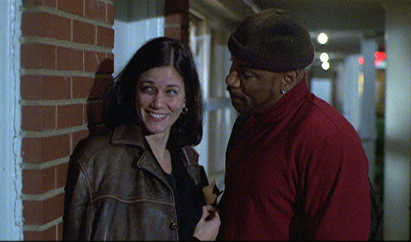 Natalie (Linda Fiorentino) flirtet mit Pike (Ving Rhames). – Bild: ZDF und Tele München