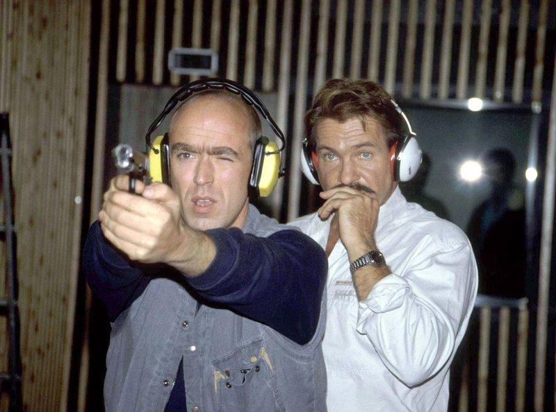 Schimanski (Götz George, rechts) beobachtet die Schießübungen seines neuen Assistenten Jo Wilms (Thomas Rech). – Bild: WDR/Klaus Primke