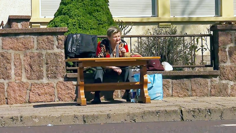 Vor 25 Jahren berichtete stern TV erstmals über die Ritter-Familie aus Köthen. Jetzt zeigt stern TV in einer großen Dokumentation die ganze Geschichte der berüchtigten Ritter-Familie und ihres Lebens am Rande der Gesellschaft. Erstmals berichtet stern TV über die neue harte Haltung der Stadt Köthen gegenüber der Familie. So hat Karin Ritter (Foto) ihre Übergangswohnung verloren und sitzt nun obdachlos auf der Straße. – Bild: TVNOW / stern TV