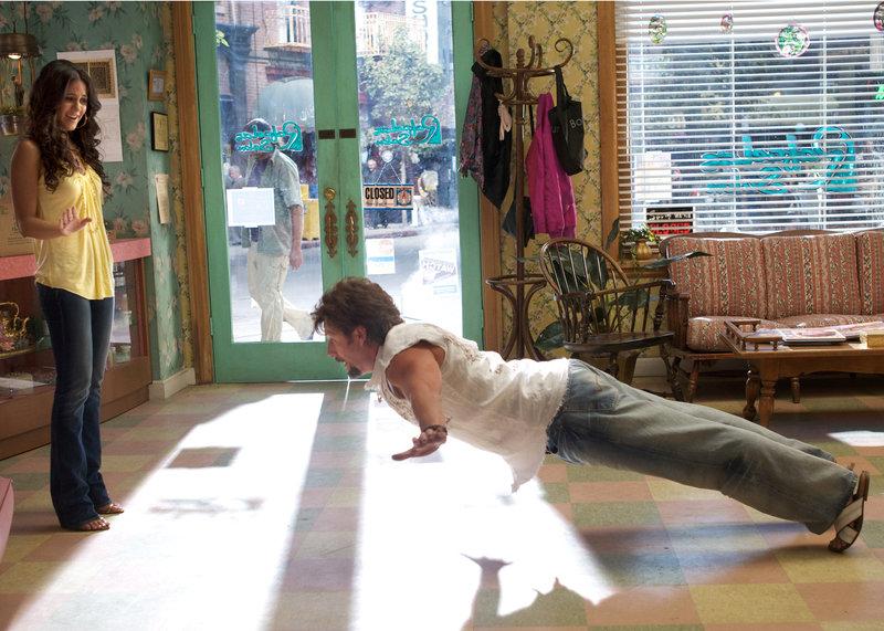 Emmanuelle Chriqui (Dalia), Adam Sandler (Zohan Dvir). – Bild: 2008 Columbia Pictures Industries, Inc.. All rights reserved.