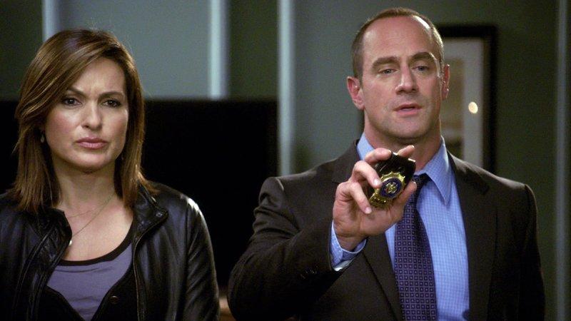 Detective Olivia Benson (Mariska Hargitay) und Detective Elliot Stabler (Christopher Meloni) ermitteln im Mordfall einer 16-Jährigen. – Bild: Nitro.