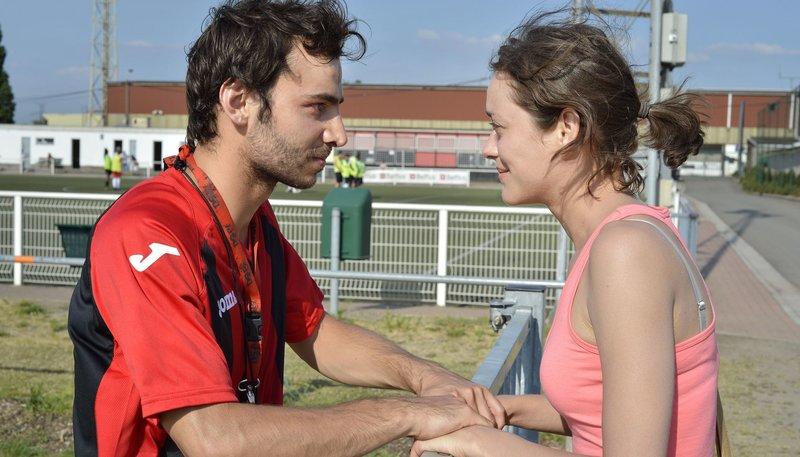 Sandra (Marion Cotillard, r) bittet ihren Arbeitskollegen Timur (Timur Magomedgadzhiev) um Unterstützung. – Bild: WDR/Alamode Film