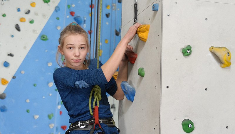 Jessi (Martha Fries) ist ein Kletter-Ass. – Bild: NDR/Romano Ruhnau