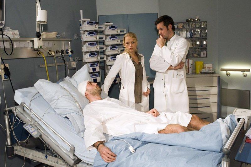Dr. Marie Egger (Nova Meierhenrich) und Dr. Stefan Jung (Jan Hartmann, re.) behandeln Edgar Pahl (Daniel Wandinger, li.). – Bild: ORF 2