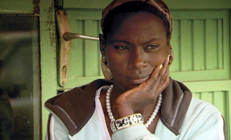 Sinkenesh versucht sich selbst zu vergeben dafür, dass sie ihre Kinder zur internationalen Adoption freigegeben hat. Nun erhält sie die HIV-Medikation, die sie nicht bekommen konnte, als sie sich entschieden hat, die Zukunft ihrer zwei jüngsten Kinder zu sichern, indem sie sie zur internationalen Adoption weggibt. – Bild: Tagesschau24