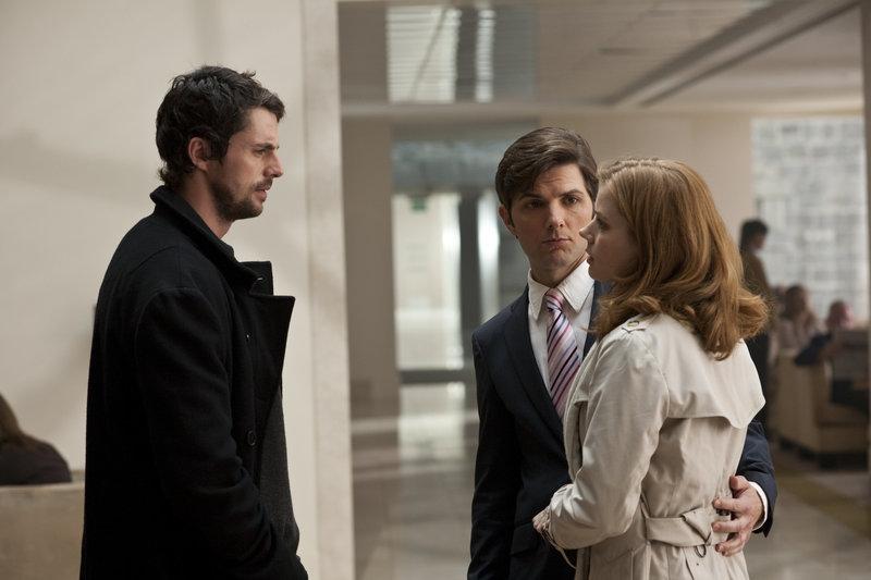 Declan (Matthew Goode, l.) hat seinen Auftrag erfüllt, er hat Anna (Amy Adams, r.) und ihren Freund Jeremy (Adam Scott, M.) wieder zusammen gebracht. Doch ist er damit wirklich zufrieden? – Bild: 2010 Universal Studios Lizenzbild frei