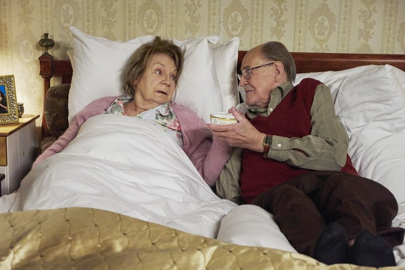 Christel Wusthoffs (Ingeborg Krabbe) Krebserkrankung ist mittlerweile so weit fortgeschritten, dass das Ende abzusehen ist. Seit 50 Jahren ist sie mit ihrem geliebten Mann Fritz (Herbert Köfer) verheiratet. Die beiden können sich ein Leben ohne einander nicht vorstellen und haben beschlossen, gemeinsam und selbstbestimmt zu gehen. Mit Hilfe eines Insektizids wollen sie zusammen für immer einschlafen. – Bild: MDR/Saxonia/Wernicke