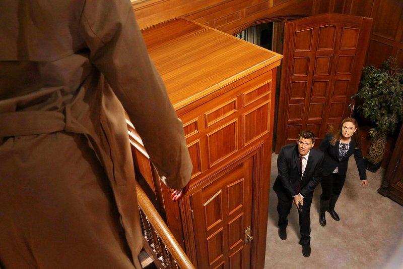 Brennan (Emily Deschanel) und Booth (David Boreanaz) haben sich Zutritt zum Haus des Kongressabgeorneten Palter verschafft, doch sie kommen offenbar zu spät... – Bild: TVNOW / FOX