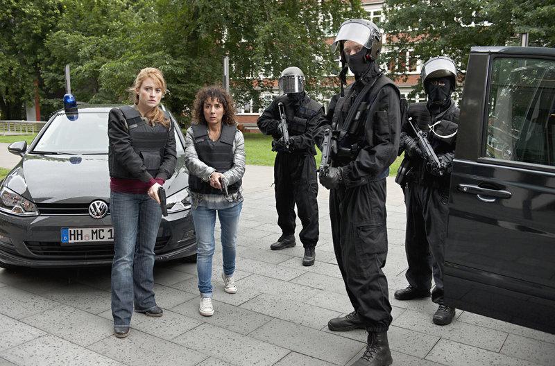 MEK Einsatz: Nina Sieveking (Wanda Perdelwitz, l.) und Harry Möller (Maria Ketikidou, 2v.l.) vor dem Bankgebäude. – Bild: ARD/Thorsten Jander