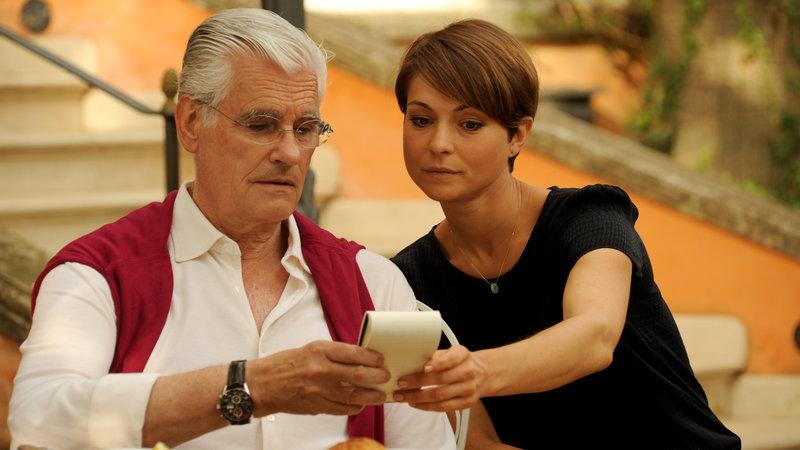 Sandra (Henriette Richter-Röhl, r.) ist stolz, dass sie für ihrem Chef Reinhold Kerner (Sky du Mont, l.) den besten Wein Siziliens gefunden hat. – Bild: ZDF
