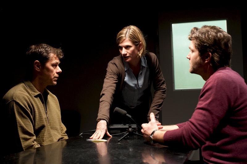 Martina Seiffert (Astrid M. Fünderich, M.) und ihr Kollege Joachim Stoll (Peter Ketnath, r.) verhören den Automechaniker Volker Richter (Sven Martinek, l.). Ist er der Mörder? – Bild: ZDF
