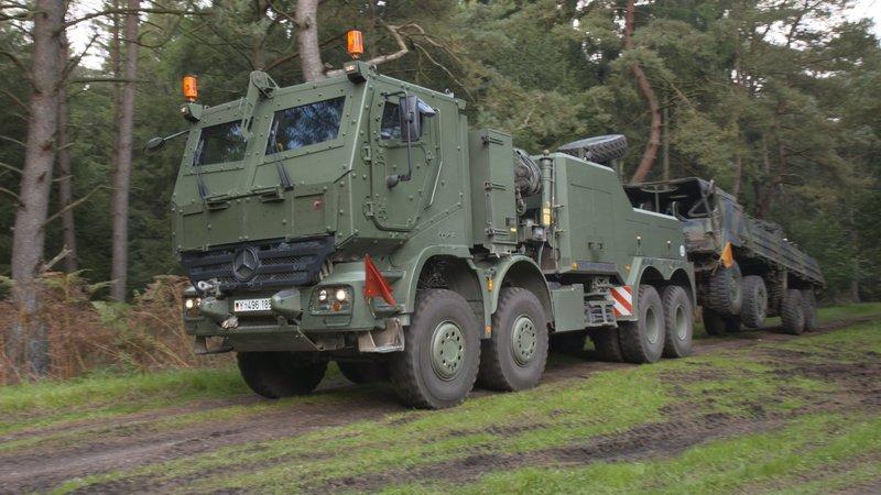 """Bildunterschrift: Der Bundeswehr-Abschlepper """"Bison"""" ist ein geländegängiges, gepanzertes Fahrzeug mit einem 518-PS-starken Dieselmotor. – Bild: N24 Doku"""