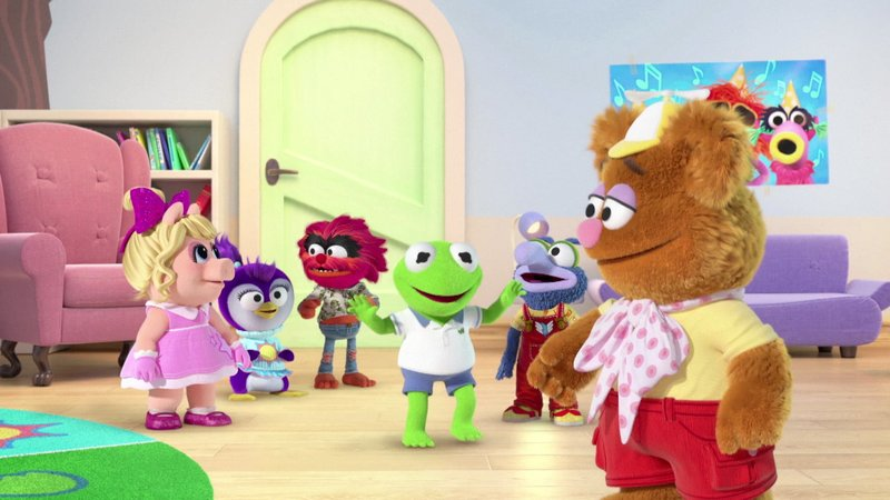 L-R: Piggy (voiced by Melanie Harrison), Summer (voiced by Jessica DiCicco), Animal (voiced by Dee Bradley Baker), Kermit (voiced by Matt Danner), Gonzo (voiced by Ben Diskin), Fozzie (voiced by Eric Bauza) – Bild: Disney Channel (DE)