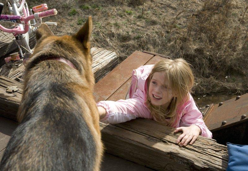Todesmutig rettet Rainy der kleinen Sharon (Saxon Sharbino) das Leben. – Bild: BR/ARD Degeto